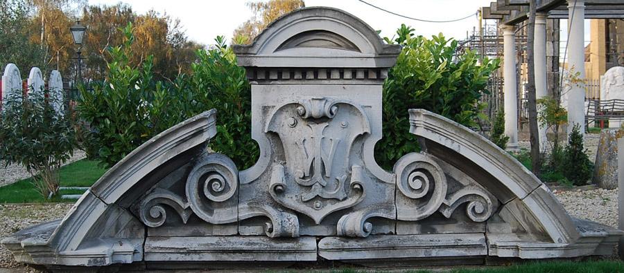 A late Victorian Portland stone cresting-0