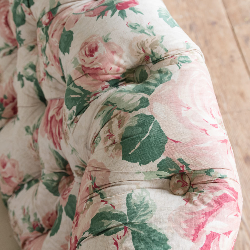 Small Victorian button-back kidney shaped sofa,-123904