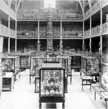 The Pitt Rivers Museum, Oxford in 1901 on the occasion of the arrival of the totem pole. The cabinet can be seen on the first floor balcony.